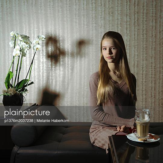 Kaffeepause auf dem Sofa - p1376m2037238 von Melanie Haberkorn