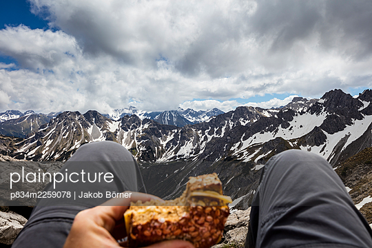 Germany, Bavaria, Snack on the summit - p834m2259078 by Jakob Börner