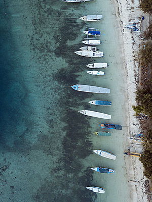 Boats on beach, aerial view - p1108m2128038 by trubavin