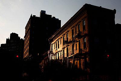 Gebäude im Abendlicht in New York - p1270m1106537 von Christophe Deschanel