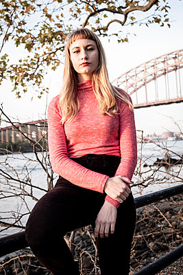 Young woman with bangs hairstyle, Hell Gate Bridge in background - p758m2222569 by L. Ajtay
