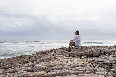 Woman with brown hair on the coast - p975m2064103 by Hayden Verry
