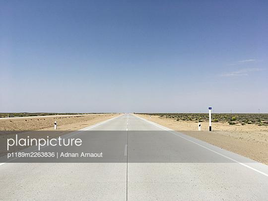 Usbekistan, Verlassene Straße - p1189m2263836 von Adnan Arnaout