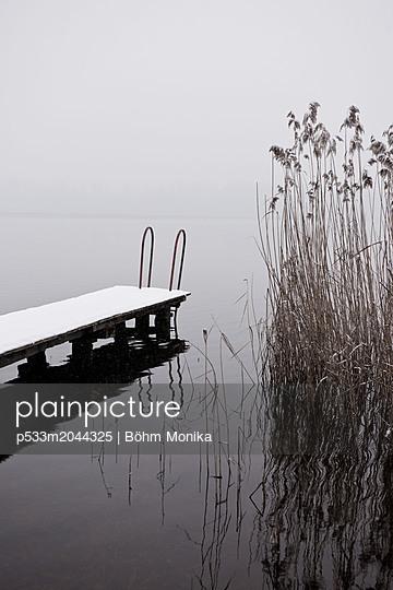Ein grauer Wintertag mit Neuschnee - p533m2044325 von Böhm Monika