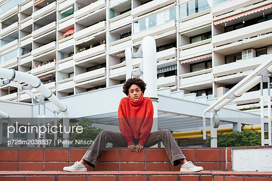 Weiblicher Teenager vor dem Olympischen Dorf - p728m2038837 von Peter Nitsch