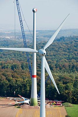 Windpark Schneebergerhof im Bau - p1079m881303 von Ulrich Mertens