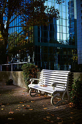 Sitzbank im Büroviertel - p227m1503300 von Uwe Nölke