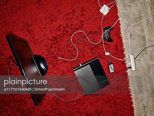 Computerspiel auf Teppich im Kinderzimmer - p1171m1540445 von SimonPuschmann