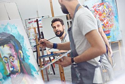 Male artists painting in art class studio - p1023m1506485 by Agnieszka Olek