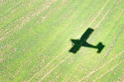Silhouette eines Motorflugzeugs I - p1079m885256 von Ulrich Mertens