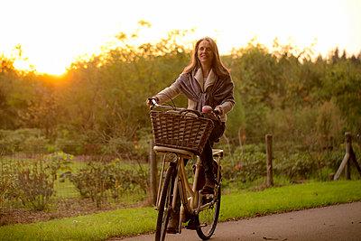 Best Ager auf dem Rad unterwegs auf dem Land bei Sonnenuntergang  - p1212m1496669 von harry + lidy