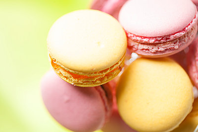 Macarons, close-up - p300m1022968f by Florian Löbermann