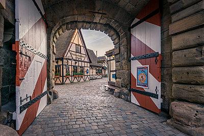 Germany, Bavaria, Nuremberg, King's gate, entrance to Handwerkerhof - p300m1575151 von Kerstin Bittner