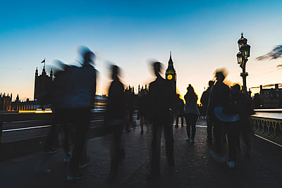 UK, London, silhouette of people on Westminster bridge with Big Ben in background at sunset - p300m1581026 by William Perugini