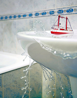 Floating the bathroom - p3900013 by Frank Herfort