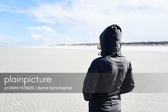 Frau blickt über das Watt - p1203m1578220 von Bernd Schumacher