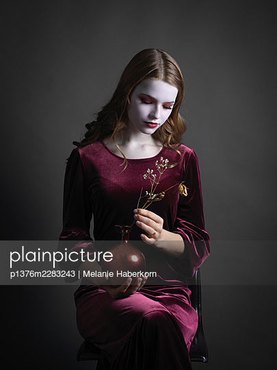Young woman wearing velvet dress, portrait - p1376m2283243 by Melanie Haberkorn