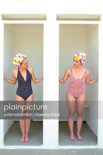 Zwei junge Frauen in Umkleidekabinen - p1521m2081624 von Charlotte Zobel