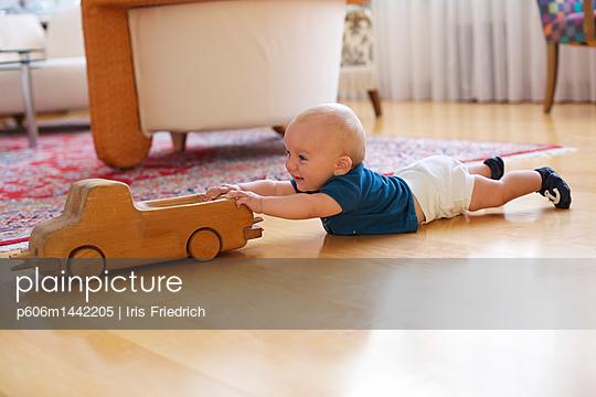 Baby spielt mit Holzauto - p606m1442205 von Iris Friedrich