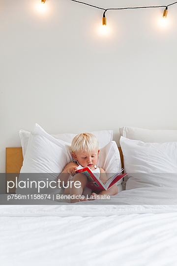 Kind guckt sich ein Buch an - p756m1158674 von Bénédicte Lassalle