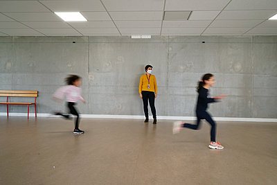 Gym at school during coronavirus - p1610m2215904 by myriam tirler