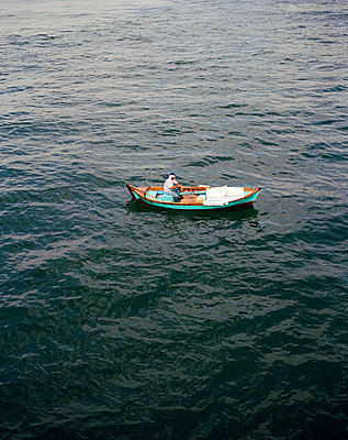 Man sitting in a boat - p2280603 by photocake.de