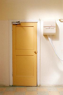 Gelbe Tür und Handtuchhalter - p3880239 von Jet photography