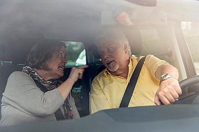 Couple inside car arguing - p300m1023116f by Frank Röder
