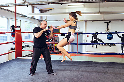 Female martial artist sparring with coach - p300m2059961 by Frank Röder