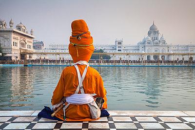 Sikh at The Harmandir Sahib (The Golden Temple), Amritsar, Punjab, India - p871m2032097 by Jane Sweeney