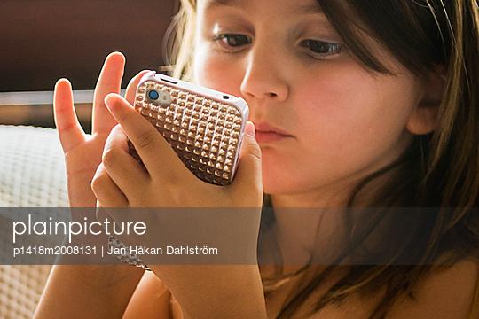 Mädchen benutzt ihr Smartphone - p1418m2008131 von Jan Håkan Dahlström