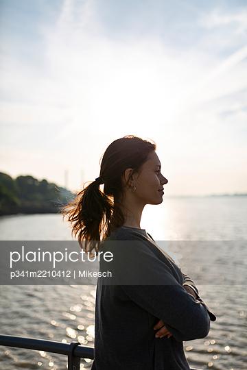 Junge Frau blickt auf die Elbe - p341m2210412 von Mikesch