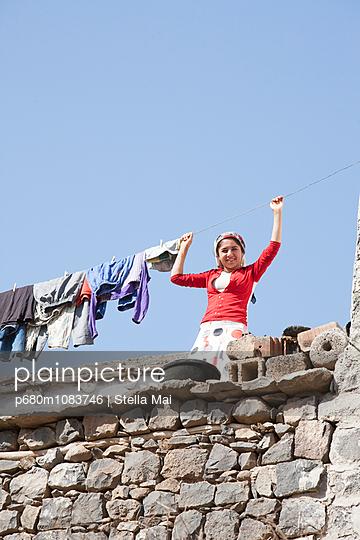 Wäsche aufhängen - p680m1083746 von Stella Mai