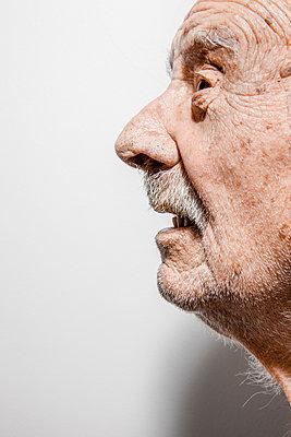 Alter Mann im Profil - p248m1132671 von BY