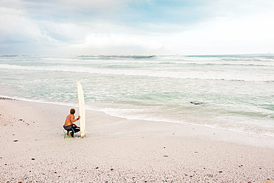 Man on the beach with surfboard - p300m1460502 by zerocreatives