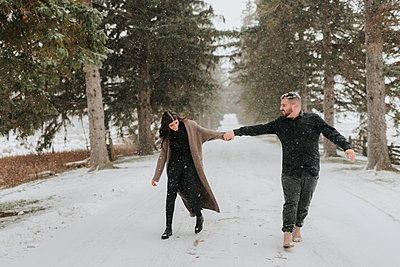 Couple walking in snowy landscape, Georgetown, Canada - p924m2058167 by Sara Monika