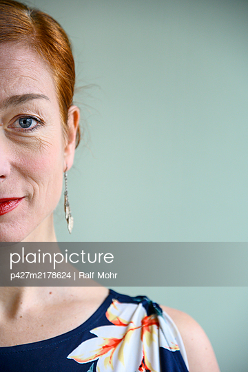 Portrait of red-haired woman - p427m2178624 by Ralf Mohr
