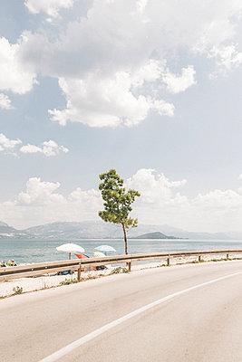 Fahrt auf Straße entlang an einem Strand in Kroatien im Sommer - p1497m2149615 von Sascha Jacoby