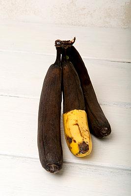 Gelb-Braune Banane - p451m1558635 von Anja Weber-Decker
