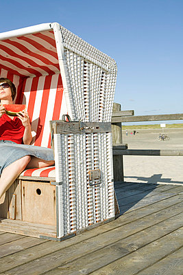 Gemütlich im Strandkorb sitzen - p4540417 von Lubitz + Dorner