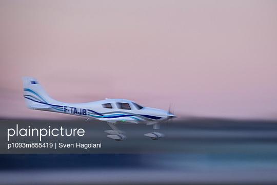 Modellflugzeug bei der Landung - p1093m855419 von Sven Hagolani