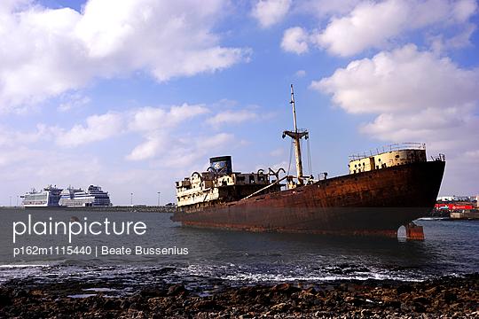 Schiffswrak an der Südküste in der Nähe von Costa Teguise - p162m1115440 von Beate Bussenius