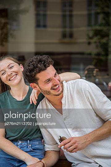 Young couple having fun - p276m2113702 by plainpicture