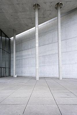 Szene mit Betonwand und Säulen - p1180m1116169 von chillagano