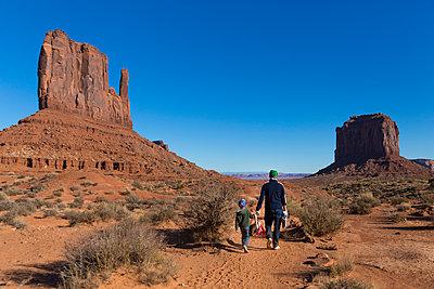 Vater und Sohn, Monument Valley - p756m2087317 von Bénédicte Lassalle