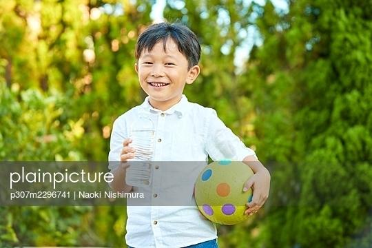 Japanese kid at home - p307m2296741 by Naoki Nishimura