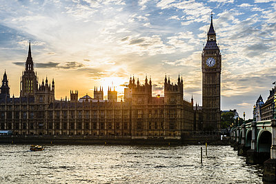 Sun setting over Houses of Parliament, London, United Kingdom,London, London, United Kingdom - p1100m2084156 by Mint Images