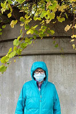 Ältere Frau mit Mundschutz - p1614m2211839 von James Godman