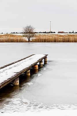 Steg im Zugefrorenen Weiher - p248m1109977 von BY