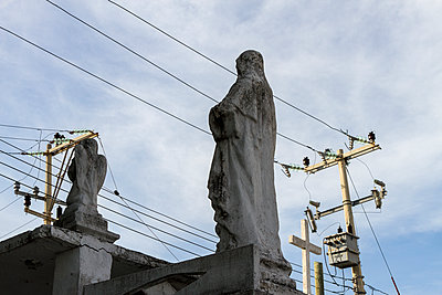 Sculptures and power lines - p758m1154863 by L. Ajtay